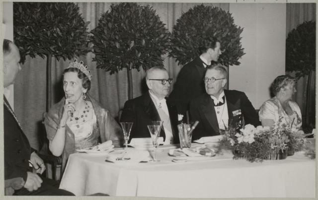 Ruotsin kuningas Kustaa VI Adolf ja kuningatar Louise sekä presidentti Paasikivi puolisoineen Museovirasto - Musketti